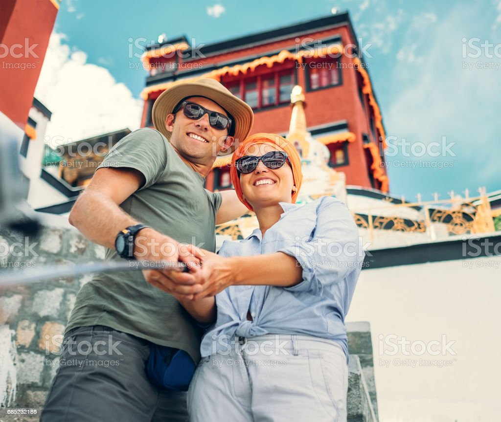Tourist couple take a self photo on tibetian sight background foto de stock royalty-free