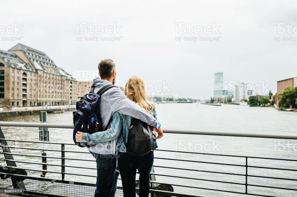 Touristen-Paar im Blick auf den Fluss - Lizenzfrei Abwarten Stock-Foto