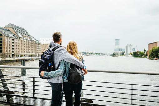 Touristenpaar Im Blick Auf Den Fluss Stockfoto und mehr Bilder von Abwarten