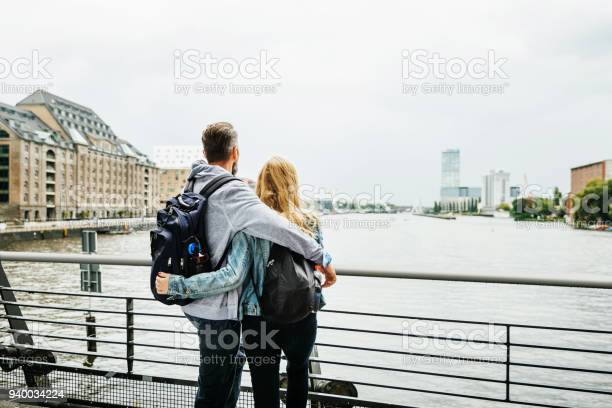 Touristenpaar Im Blick Auf Den Fluss Stockfoto und mehr Bilder von Deutschland