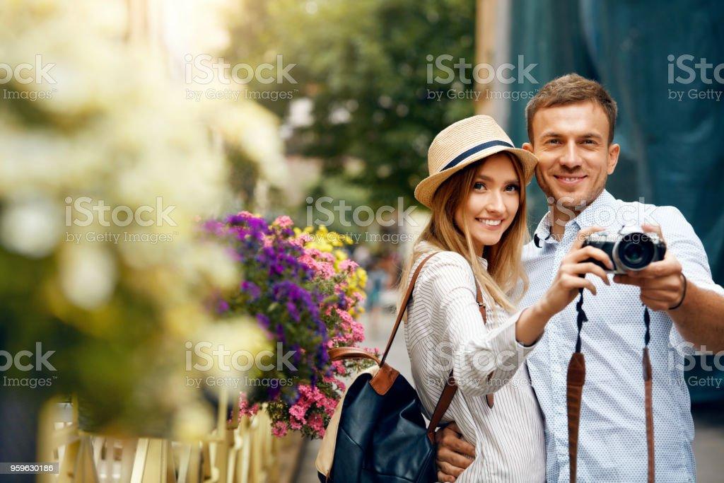 Turismo par tomar fotografías en la cámara en la calle. - Foto de stock de Actividad libre de derechos