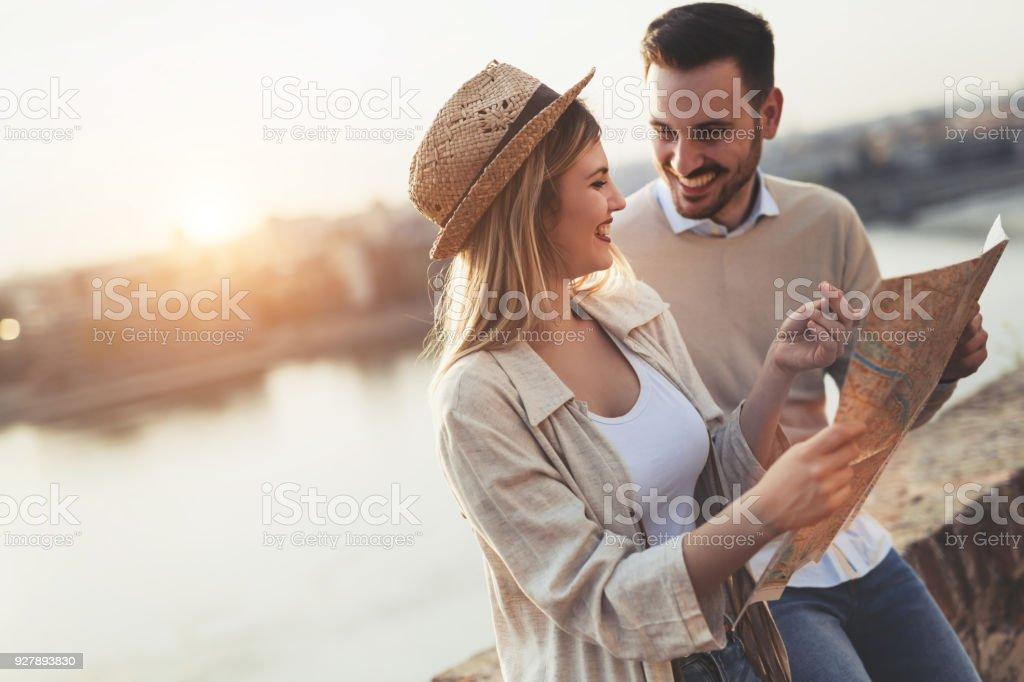 Touristen-paar mit Karte als Leitfaden – Foto