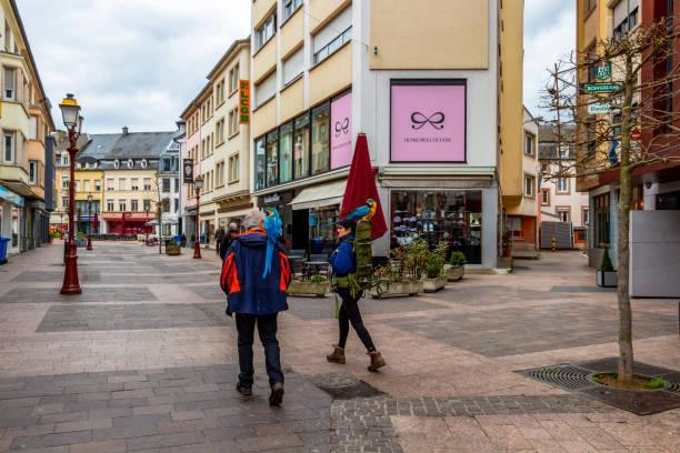 touristenpaar mit papageien - urbanara stock-fotos und bilder