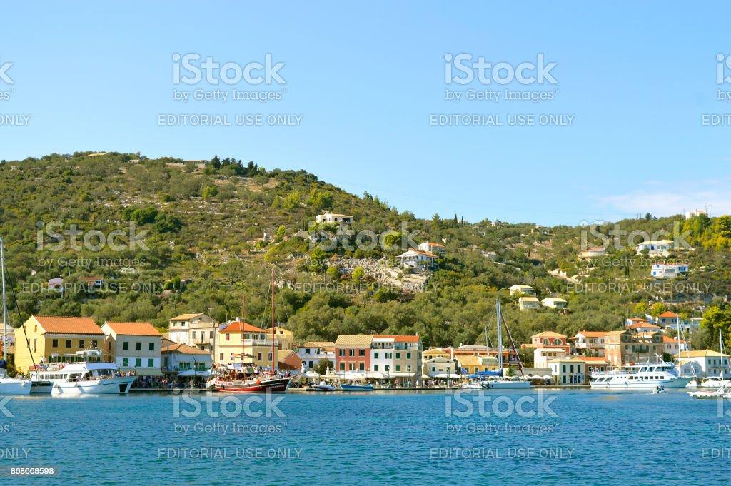 Turista de cruzeiro navios no porto de Antipaxos pronto para navegar para Corfu - foto de acervo