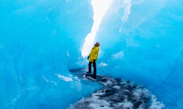 氷の洞窟を発見観光 - アイスクライミング ストックフォトと画像