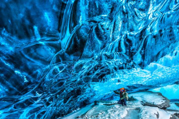 Touristen entdecken die Eishöhle – Foto