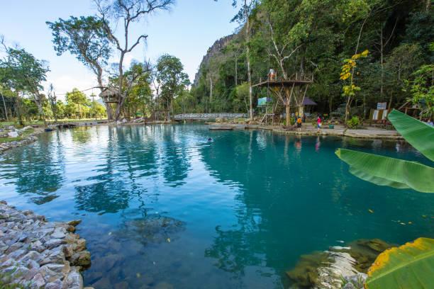 touristen genießen und schwimmen im blauen lagoon2 in vang vieng - vang vieng stock-fotos und bilder