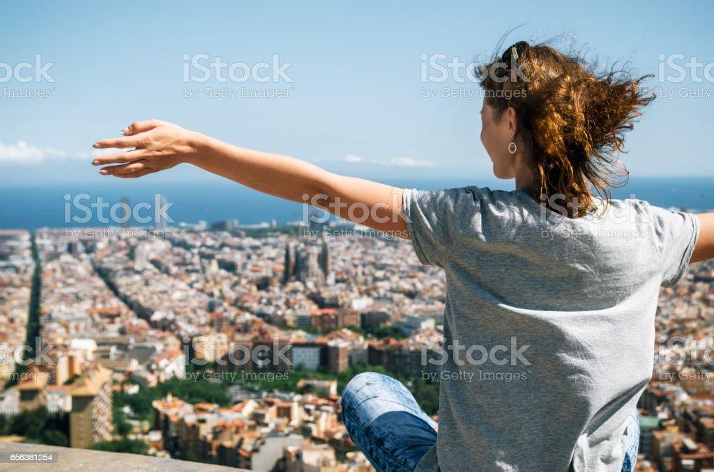 Turista disfrutar de la vista desde arriba de la ciudad de Barcelona y el mar Mediterráneo, Cataluña, España. - foto de stock