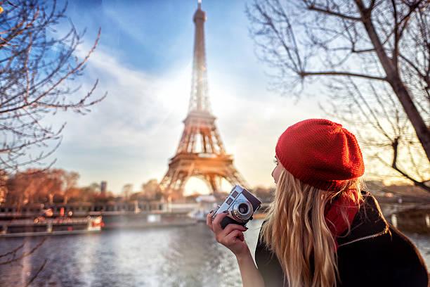 tourist sie paris - städtetrip stock-fotos und bilder