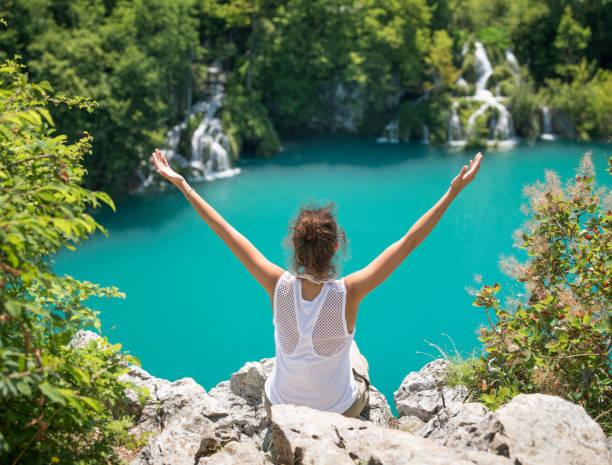 touristen genießen den schönen nationalpark plitvicer seen - nationalpark plitvicer seen stock-fotos und bilder