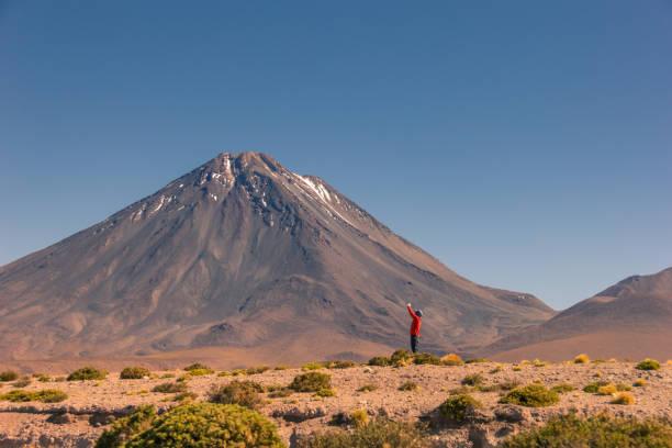 遊客享受智利的風景。 - 阿爾蒂普拉諾山脈 個照片及圖片檔