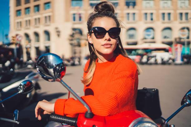 turísticas visitar barcelona a scooter del motor - vintage vespa fotografías e imágenes de stock