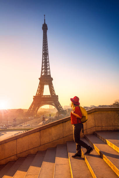 Tourist erkundet Eiffelturm Paris Frankreich – Foto
