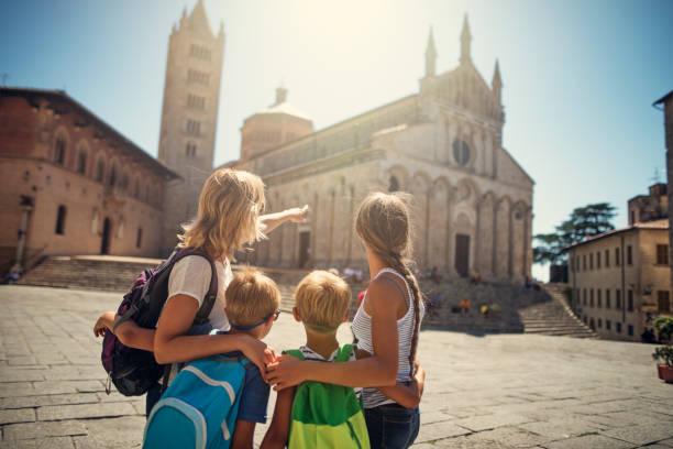 Tourist-Familie wenig italienische Stadt Sehenswürdigkeiten – Foto
