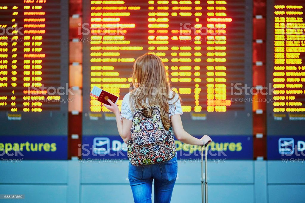 Tourist girl with backpack in international airport – Foto