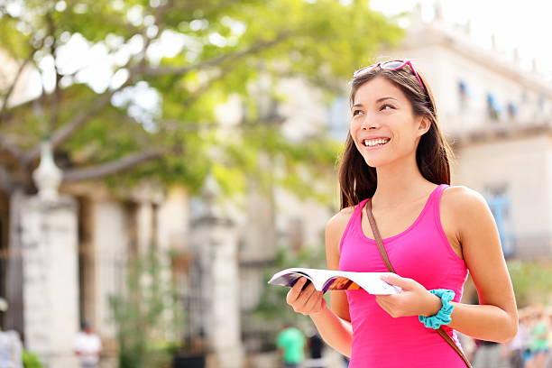 touristen-glückliches lesung reiseführer - geführtes lesen stock-fotos und bilder