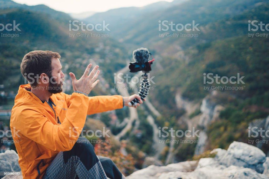 Touristischen Wander- und Vlogs auf des Berges Höhn – Foto