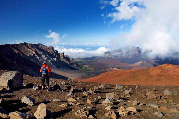 Tourist in Haleakala Vulkankrater auf die Sliding Sands Trail Wandern. Schöne Aussicht auf den Kraterboden und unten Schlackenkegel. Maui, Hawaii – Foto