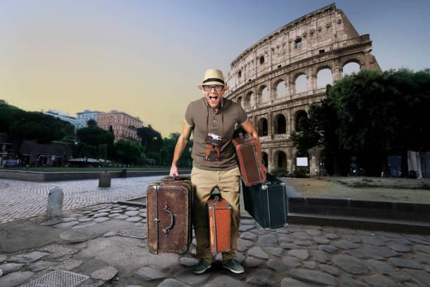 Tourist im Hut mit einem Haufen Koffer – Foto