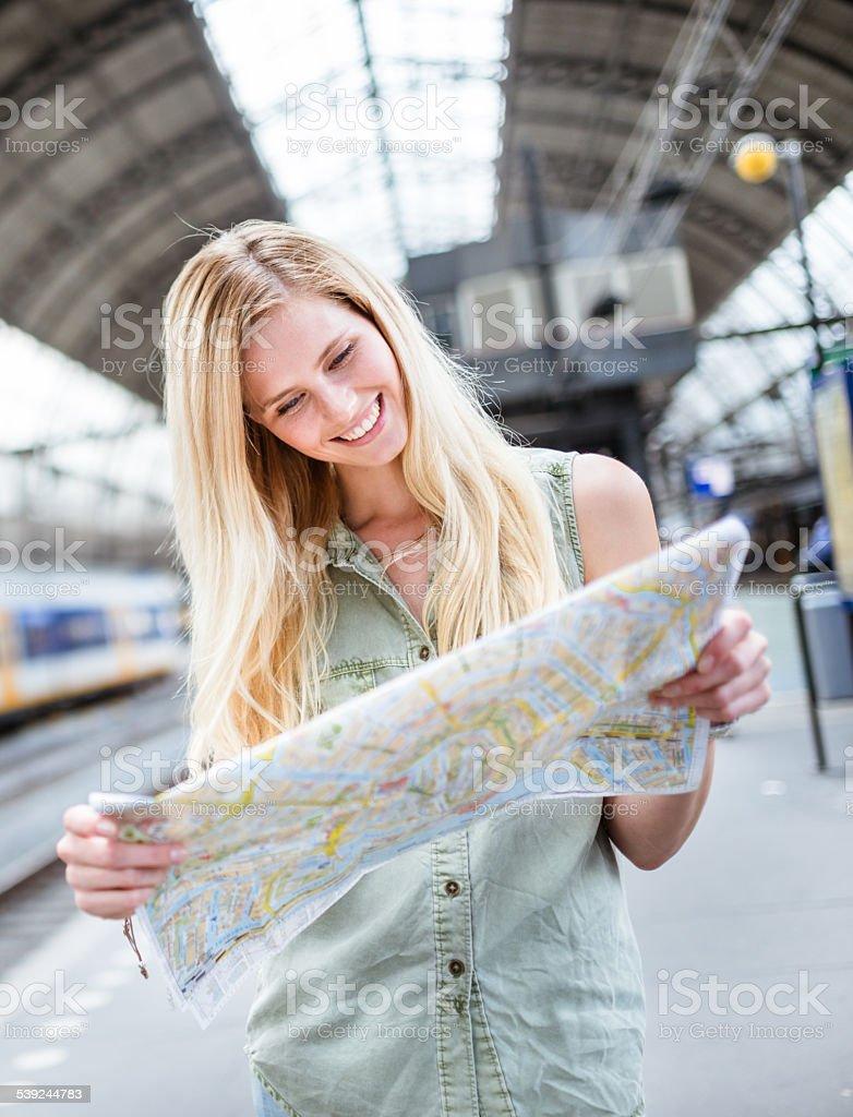 Turista en amsterdam mirando el mapa de la ciudad foto de stock libre de derechos