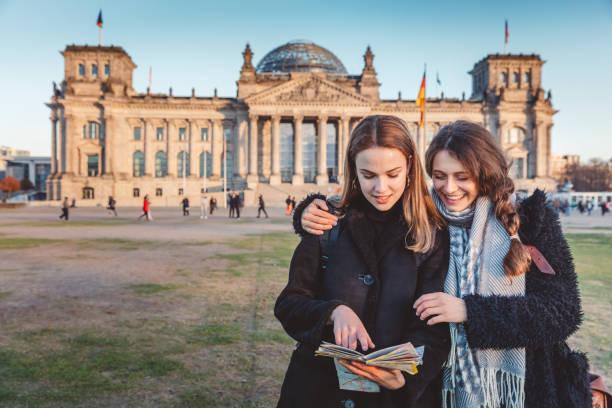 Touristen in Berlin lesen die Touristenkarte – Foto