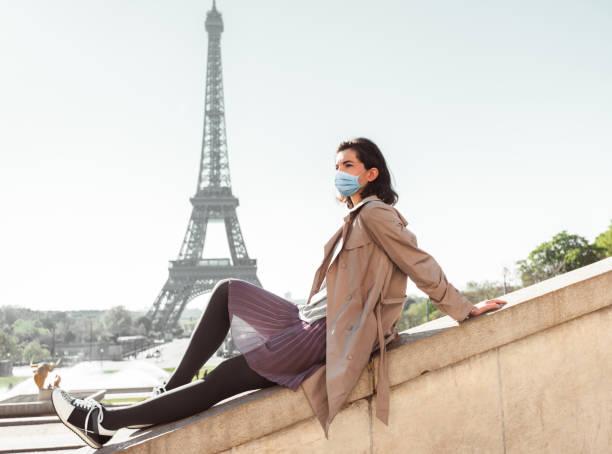 touriste à paris pendant le covid19 - covid france photos et images de collection