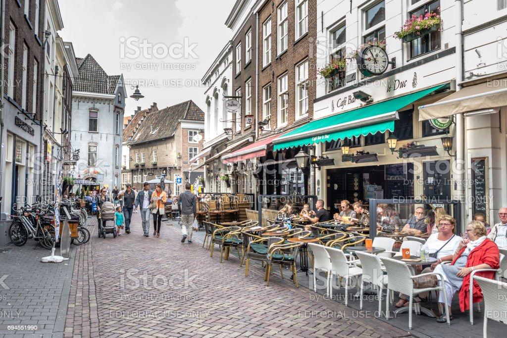 Toerist in de straten van het historische centrum van de-Hertogebosch in Nederland foto