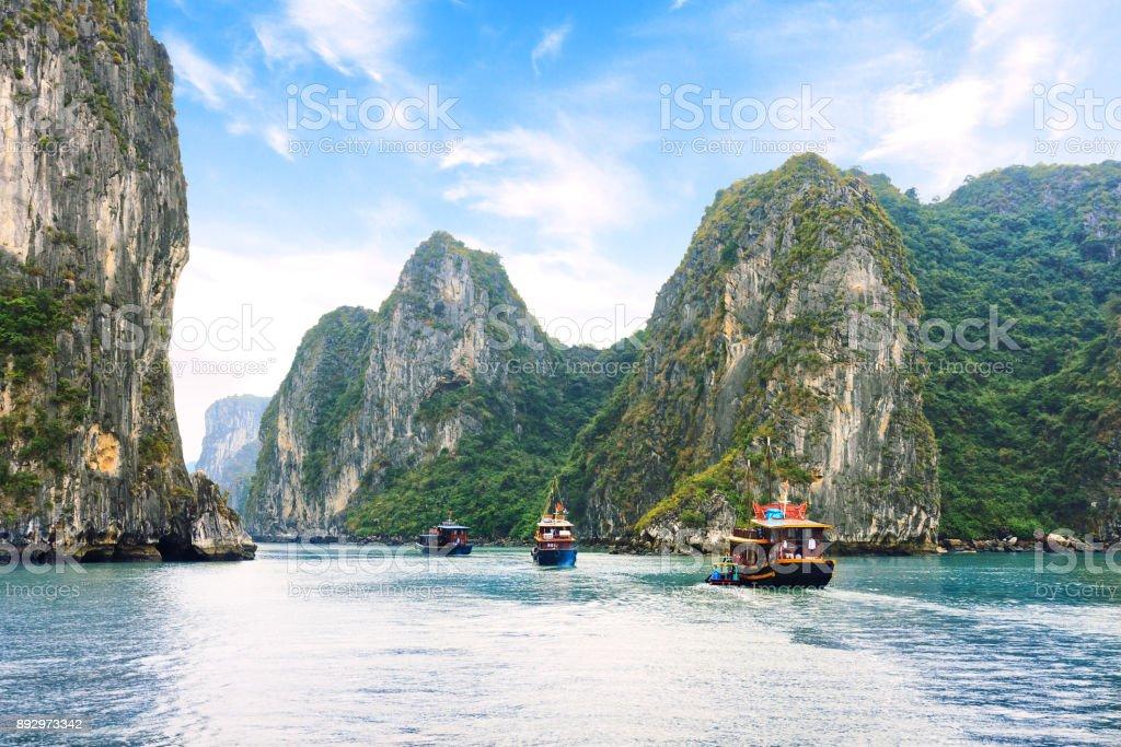 Juncos turístico flotante entre cavidades de piedra caliza e islas de Ha mucho Bay, Vietnam - foto de stock