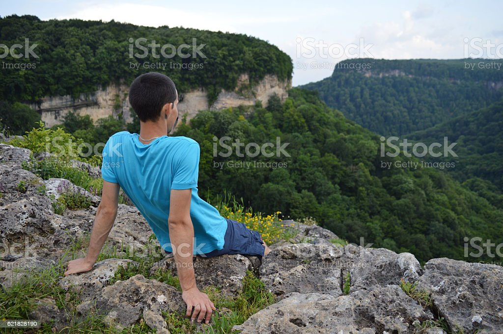 Tourist looking at mountains near the ruins - foto de acervo