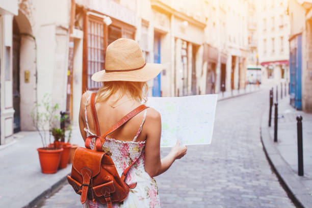 tourist looking at the map, travel to Europe - foto stock