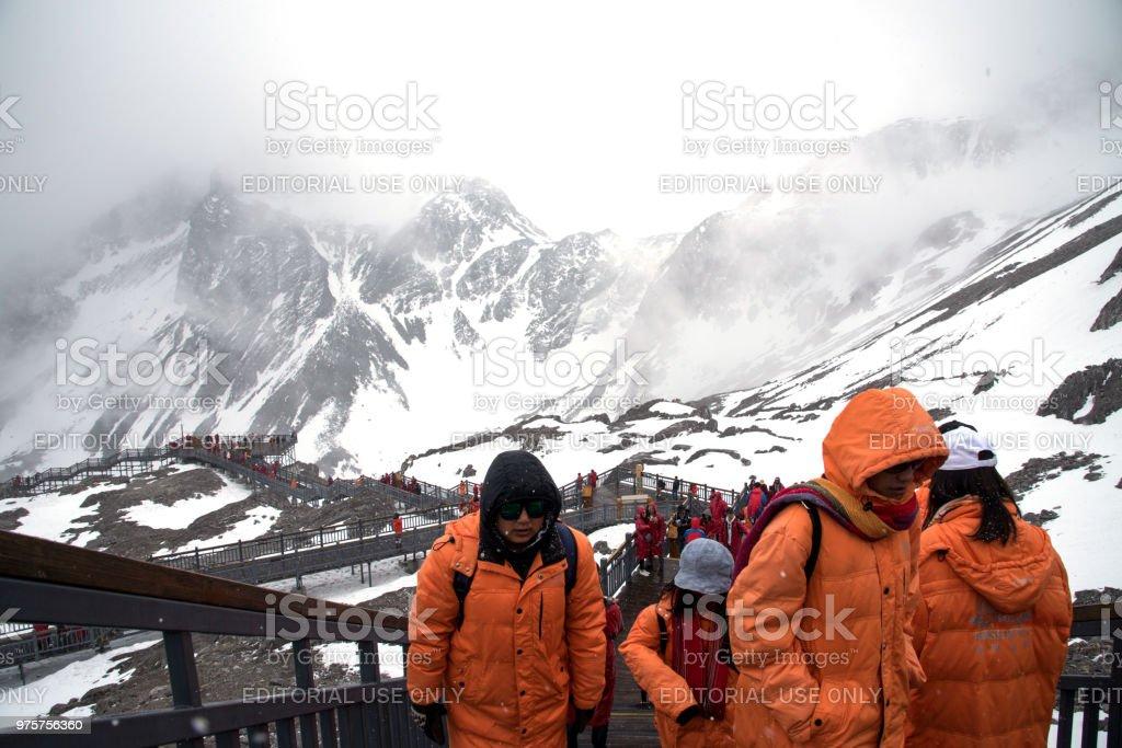 Tourist-Mann und Frau, Wanderungen und Spaziergänge auf der Treppe Weg an die Spitze der Yulong Snow Berge in Stadt Lijiang, China 6. April 2018. - Lizenzfrei Abenteuer Stock-Foto