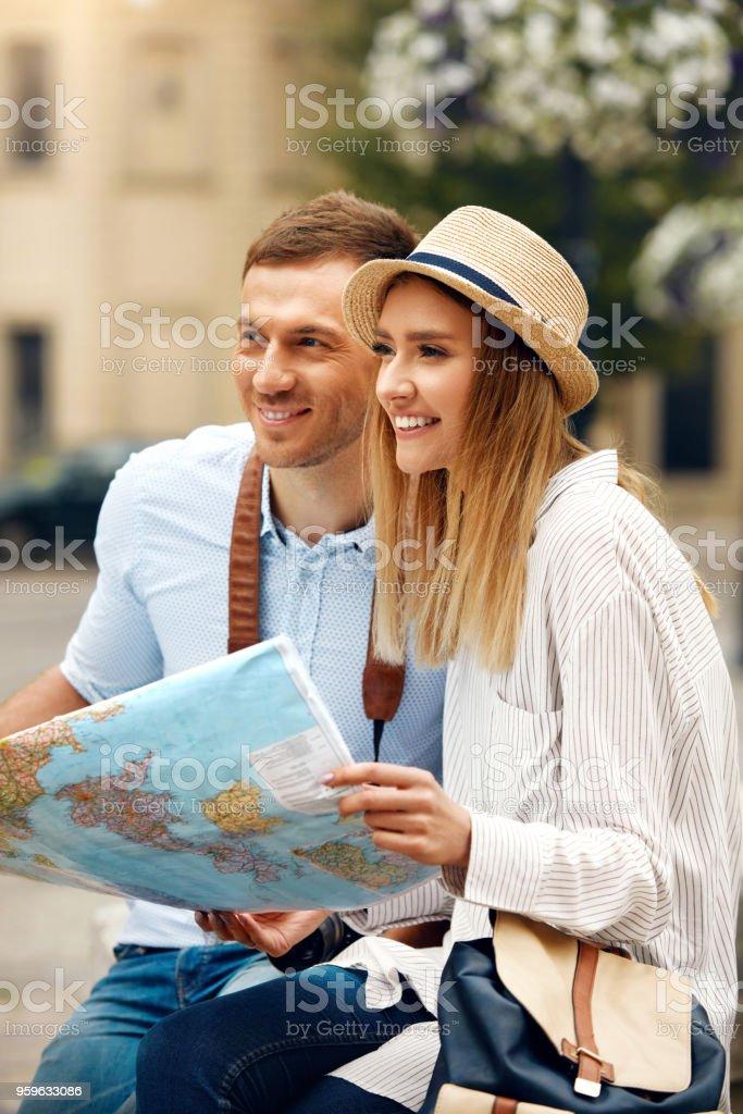 Turístico de hombre y mujer con el mapa de calle de la ciudad. - Foto de stock de Actividad libre de derechos