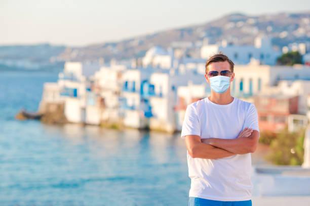 Tourist Mann in Maske im Urlaub in Europa. – Foto