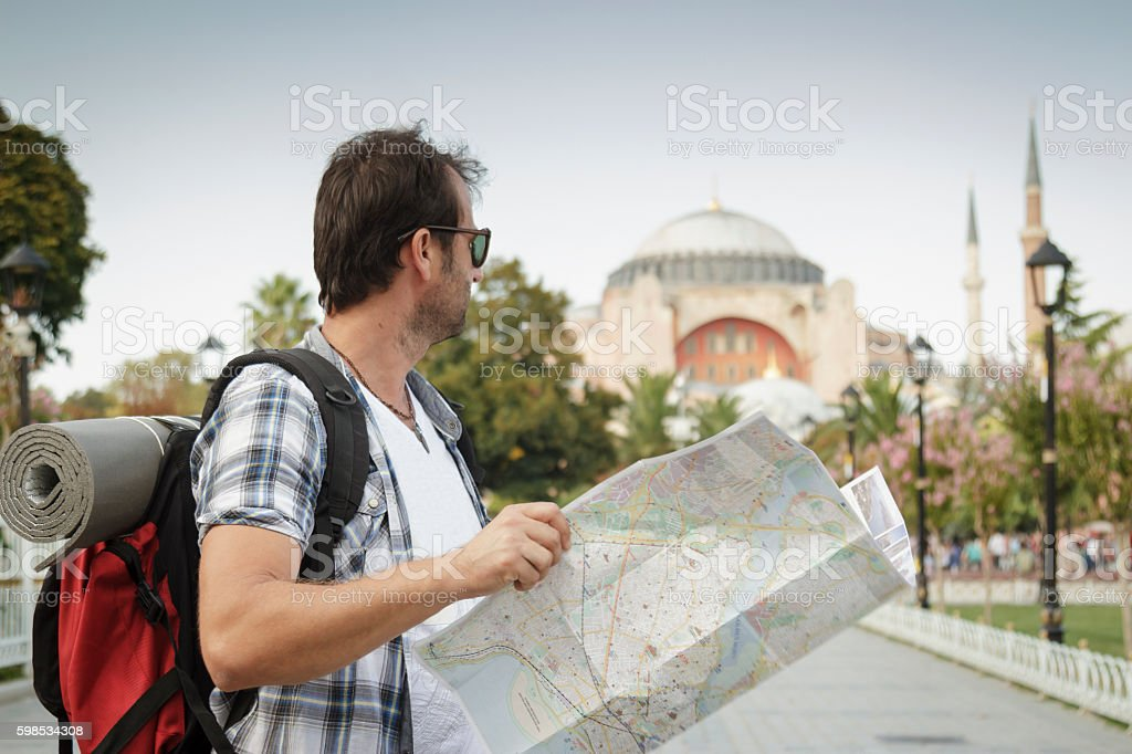 Tourist man reading the map and traveling in Istanbul photo libre de droits