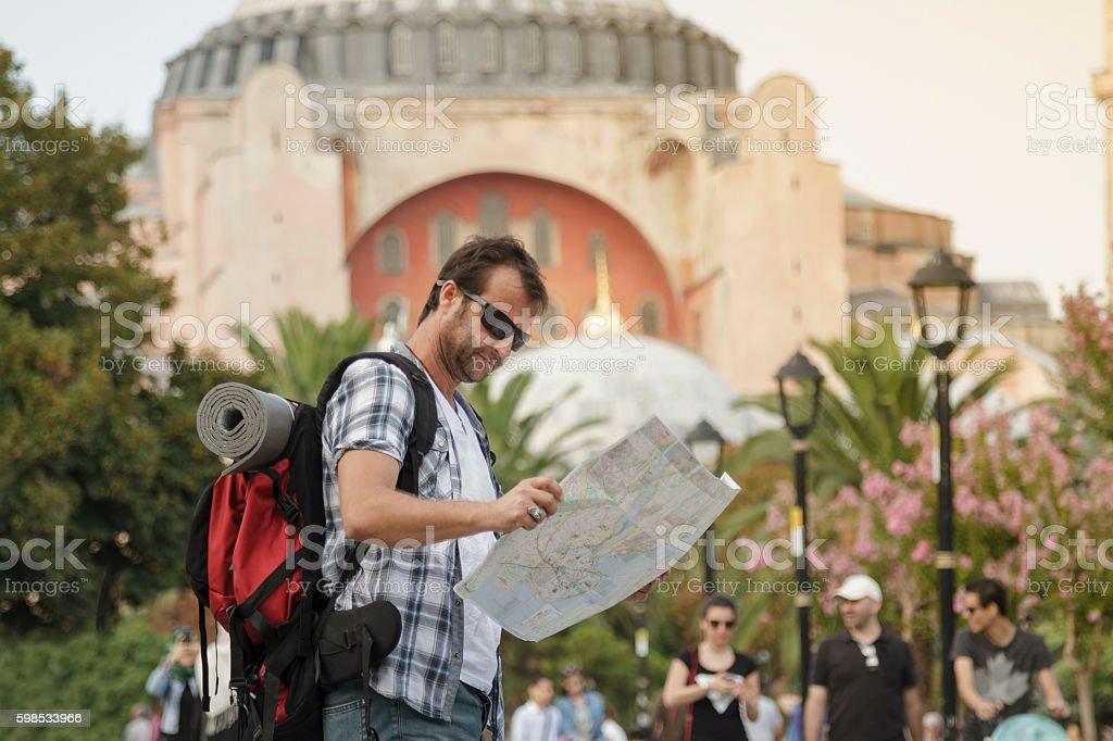 Tourist man reading the map in front of Hagia Sophia photo libre de droits