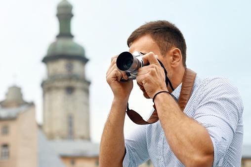 Turístico De Hombre Con La Cámara Tomando Fotos En La Calle Foto de stock y más banco de imágenes de A la moda