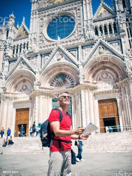 Tourist man with map in siena italy picture id982014524?b=1&k=6&m=982014524&s=612x612&h=o rw6 qzweo2dmyxwm4v0hchsjeucqmy26xfusb8dji=