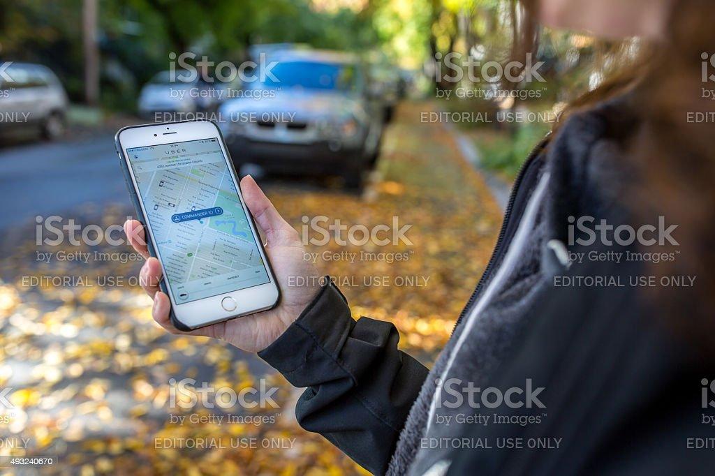 Tourist oder örtlichen Taxis Mit der Uber-App für Iphone Lizenzfreies stock-foto