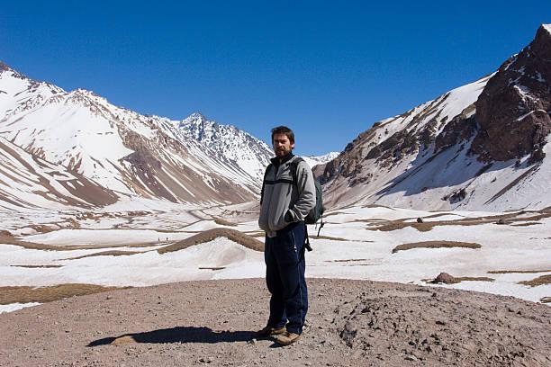 touristen posieren mit schnee bedeckten berge auf dem rücken - elemi stock-fotos und bilder