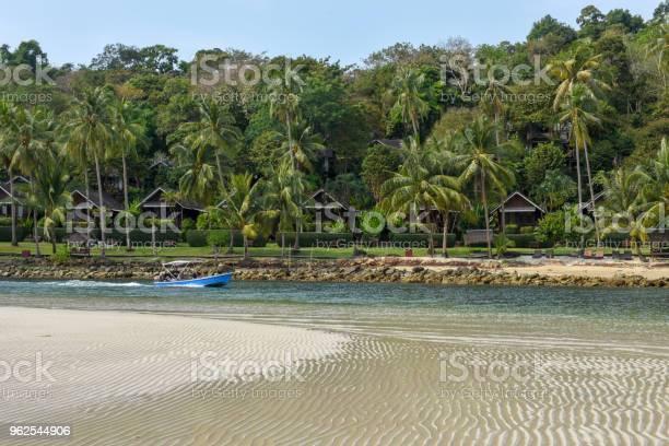 Foto de Estância Turística Na Ilha De Koh Kood Em Tailândia e mais fotos de stock de Areia