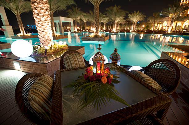 tourist resort-pool bei nacht - dubai urlaub stock-fotos und bilder