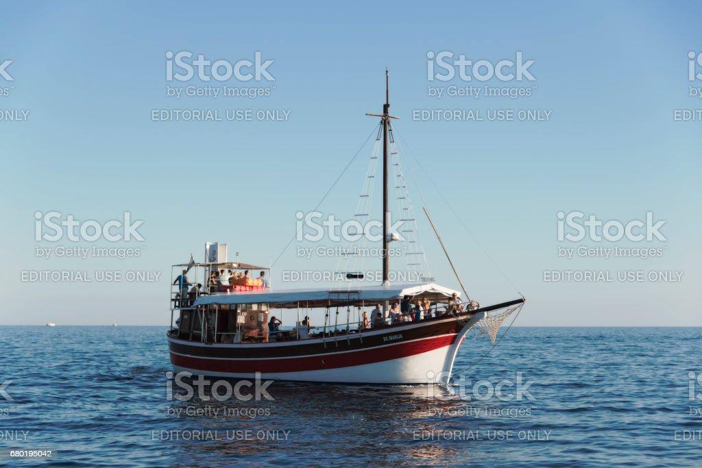 Touristischen Schiff vor der Küste von Porec, Kroatien – Foto