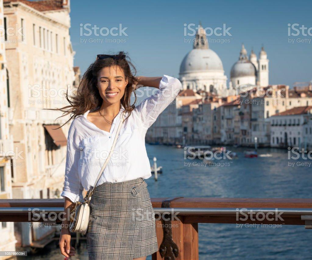 Touristen stehen auf der berühmten Brücke Ponte Accademia in Venedig, Italien – Foto
