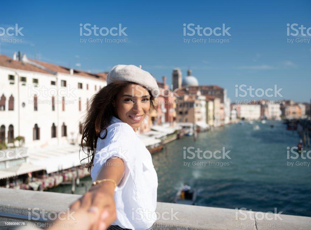 Touristen auf der berühmten Scalzi Brücke in Venedig, Italien – Foto