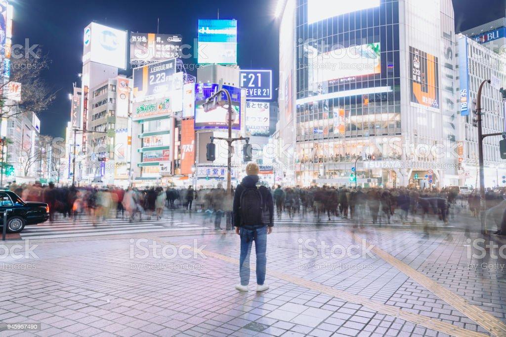 夜の渋谷の交差点に立っている観光 ロイヤリティフリーストックフォト