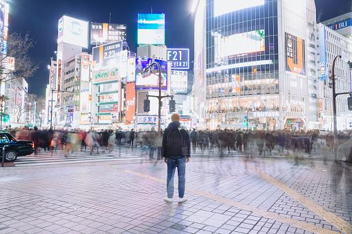 夜の渋谷の交差点に立っている観光 - 1人のストックフォトや画像を多数ご用意