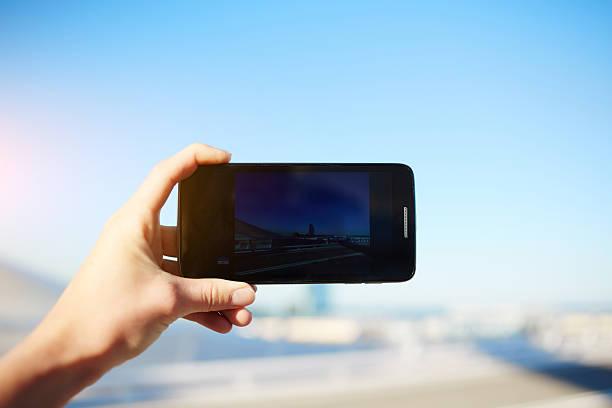 tourist nimmt ein foto mit smartphone-kamera - nachrichten video stock-fotos und bilder