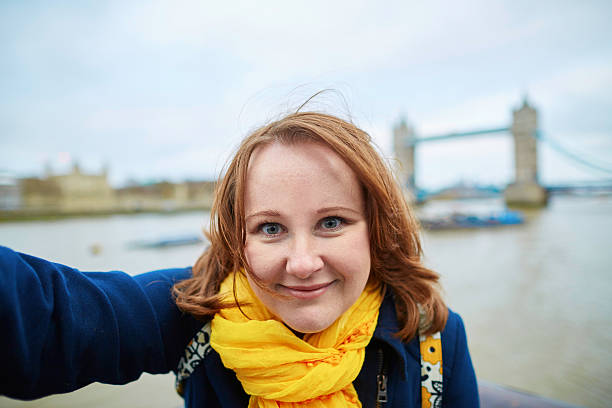 Tourist taking a self picture with Tower bridge – Foto