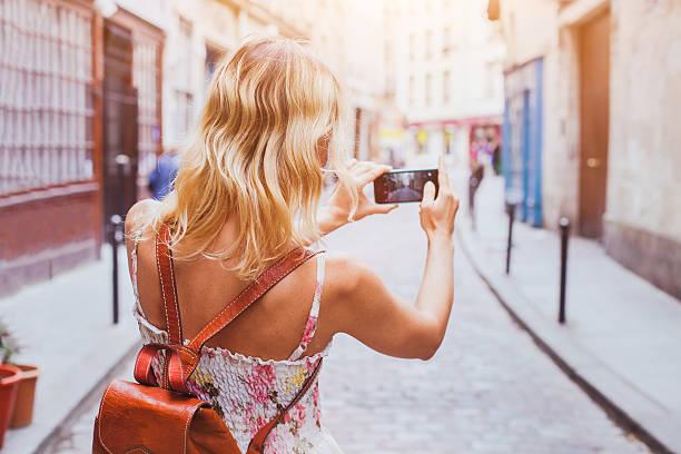 touristen nimmt fotos - paris sommer stock-fotos und bilder