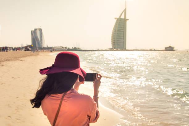 tourist unter bild am berühmten jumeirah beach in dubai, vereinigte arabische emirate - jumeirah stock-fotos und bilder